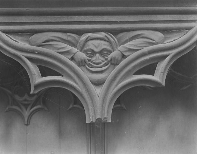 Stalles du choeur en bois sculpté, 15e siècle, détail du décor représentant un masque grimaçant