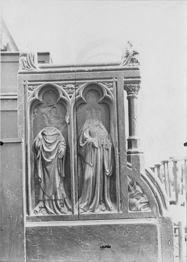 Stalles du choeur en bois sculpté, 15e siècle, détail du décor représentant deux saints personnages aujourd'hui acéphales