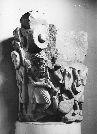 Chapiteau roman au décor figuré, pierre, 11e siècle, décoré d'une scène agricole