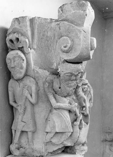Chapiteau roman au décor figuré, pierre, 11e siècle, détail d'un personnage travaillant le sol et d'un personnage barbu remplissant un panier