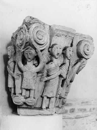 Chapiteau roman au décor figuré, pierre, 11e siècle, décor représentant des personnages vétus de toges