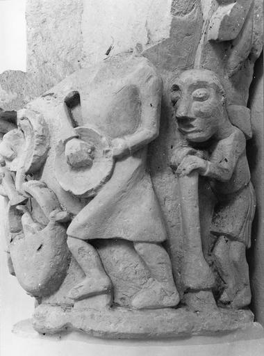 Chapiteau roman au décor figuré, pierre, 11e siècle, décoré de paysans au travail
