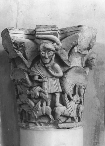 Chapiteau roman au décor figuré, pierre, 11e siècle, décor de personnage debout sur deux animaux fantastiques