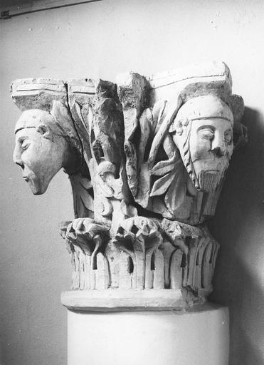 Chapiteau roman au décor figuré, pierre, 11e siècle, décoré de têtes masculines en ressaut