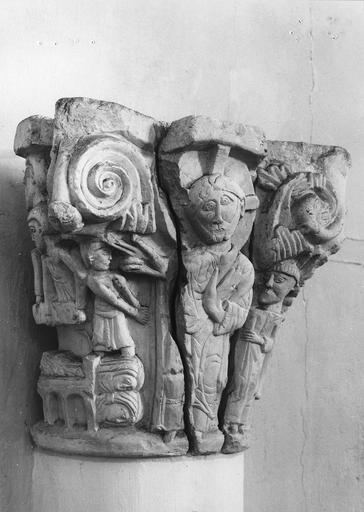 Chapiteau roman au décor figuré, pierre, 11e siècle, décor représentant le Christ bénissant avec à ses côtés saint Benoit