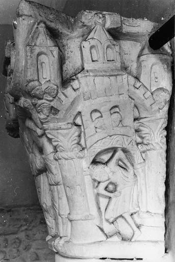 Chapiteau roman au décor figuré, pierre, 11e siècle, décor représentant une architecture s'effondrant sur un personnage