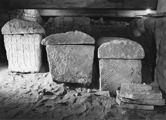 Trois sarcophages mérovingiens à décor géométrique, pierre