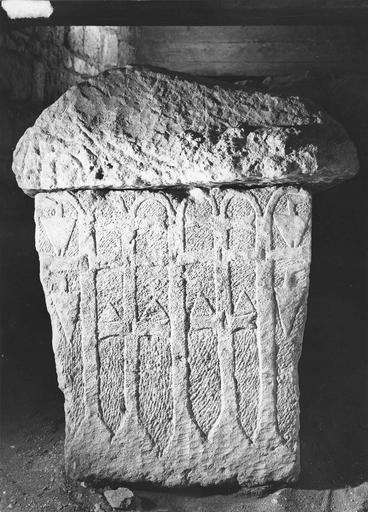 Sarcophage mérovingien à décor géométrique, pierre, décor gravé de flèches