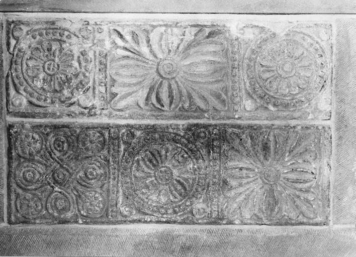 Chancel carolingien incorporé dans l'autel des absides, pierre sculptée de motifs de rosettes et de fleurs épanouies, 8e siècle