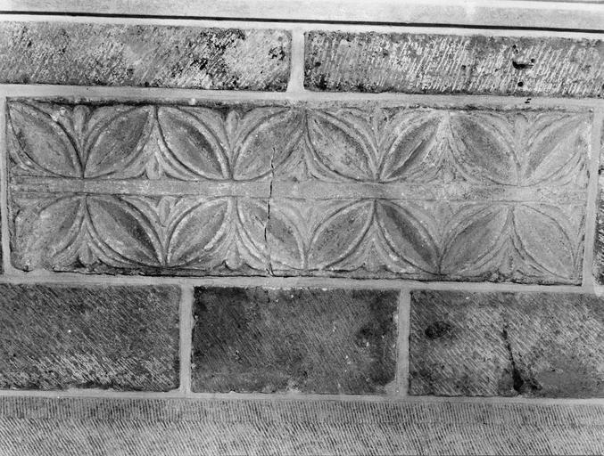 chancel carolingien incorporé dans l'autel des absides, pierre sculptée de motifs de rosettes, 8e siècle