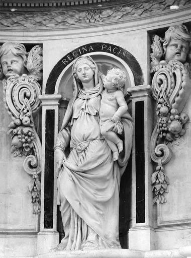 Retable architecturé décoré de deux putto tenant des guirlandes, reste du mausolée exécuté par Antoine Charpentier de Tours comprenant au centre une statue de la Vierge à l'Enfant, pierre et marbre, 1660-1664, détail de la statue de Vierge à l'Enfant