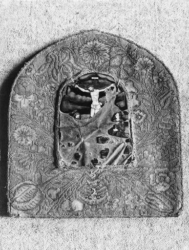 baiser de paix, plaque émaillée sur broderie, 16e siècle