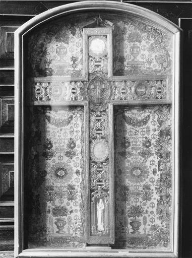 Croix-reliquaire et son armoire vitrée, bois doré et métal doré estampé, fin du 17e siècle