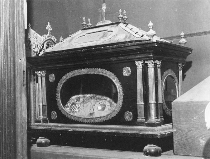 Châsse à monstrance, dont la forme rappelle un temple antique, bois et métal doré, 19e siècle