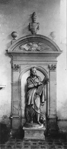 Statue : saint Marc, terre cuite, fin du 17e siècle, avec son encadrement de pierre