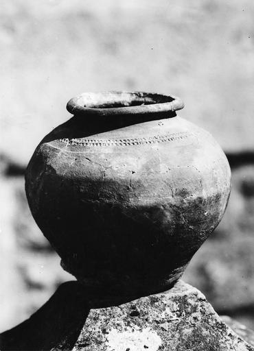 Urne cinéraire avec une frise décorative incisée en partie supérieure, terre cuite, fin du 8e siècle