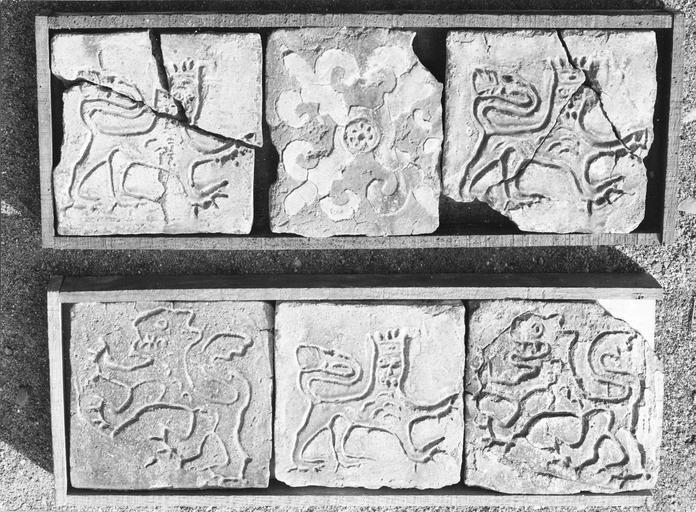 Pavement : carreaux médiévaux décoré d'un lion couronné de croix et de fleurs de lys, 15e siècle