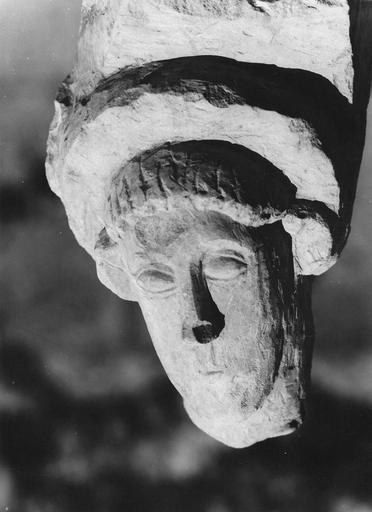 Sculpture : tête d'homme à moustache, pierre, 11e siècle