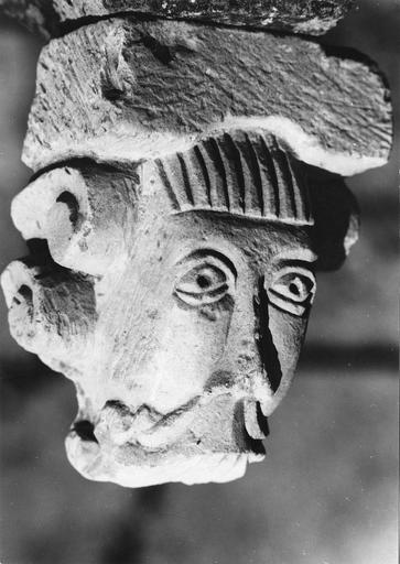 Sculpture : tête d'homme imberbe, pierre, 11e siècle