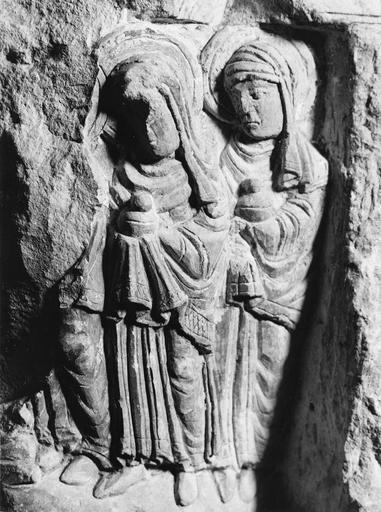 Fragment de sculpture romane, pierre, 11e siècle, décor de saintes femmes