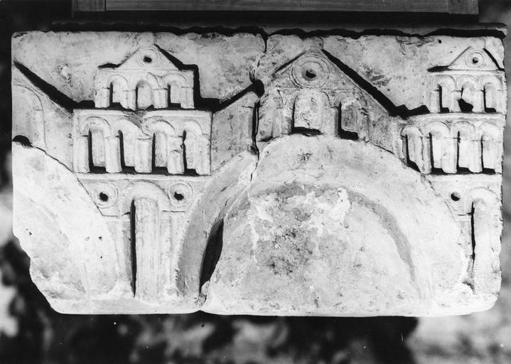 Fragment de l'autel de saint Benoît, pierre, 11e siècle, décor représentant une ville