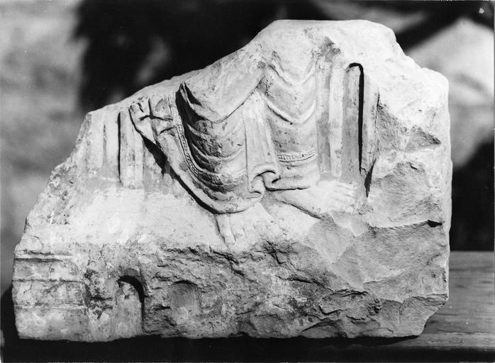 Fragment de l'autel primitif de Saint-Benoît, pierre, 11e siècle, pieds d'un saint personnage