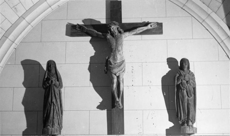 Statue : Le Christ en croix entre la Vierge et saint Jean, bois, 17e siècle