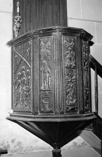 Chaire à prêcher, bois sculpté, 16e siècle, ornée de panneaux représentant des saints personnages et une scène d'arrestation du Christ