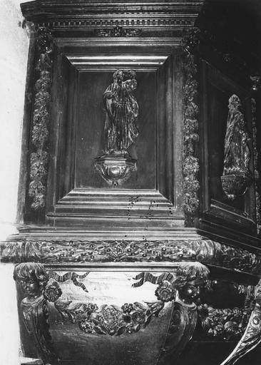 Chaire à prêcher, bois sculpté, 17e siècle, détail des panneaux avec saint Luc et saint Mathieu, oeuvre volée
