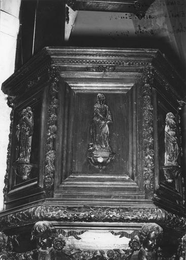 Chaire à prêcher, bois sculpté, 17e siècle, détail du panneau avec saint Mathieu, oeuvre volée