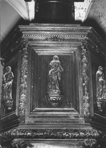 Chaire à prêcher, bois sculpté, 17e siècle, détail du panneau avec saint Jean, oeuvre volée