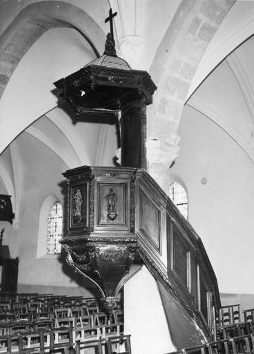 Chaire à prêcher, bois sculpté, 17e siècle, vue par la droite