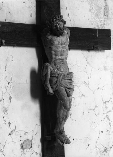 Statue : Christ en croix, bois sculpté polychrome, 16e siècle