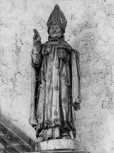 statue : évêque (saint Blaise ?), tenant dans la main droite ou une pique à carder ou un rateau, bois, 16e siècle