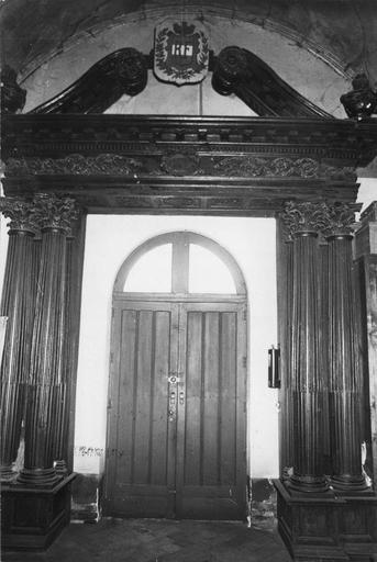 Boiseries de la mairie ayant appartenu à l'ancienne église, composées de colonnes cannelées à chapiteaux corinthiens et d'un entablement surmonté de deux volutes