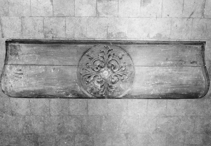 Autel-chapier, bois, 18e siècle, détail du motif sculpté sur un des côtés