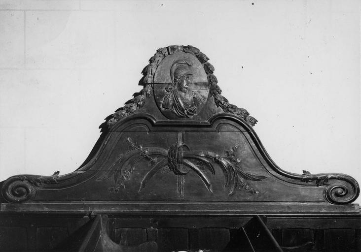 Fronton d'un banc d'oeuvre en bois sculpté, 18e siècle, au centre médaillon orné d'un profil masculin casqué