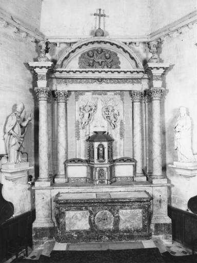 Maître autel, marbre et bois, 1682, surmonté du tabernacle et de ses cinq statuettes en bois doré, datant de 1734, et du retable en pierre peinte en faux marbre et doré datant du 18e siècle