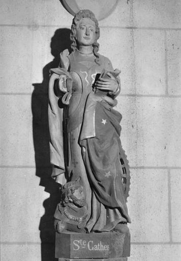 Statue : sainte Catherine foulant aux pieds l'empereur Maximien, bois polychrome, 16e siècle