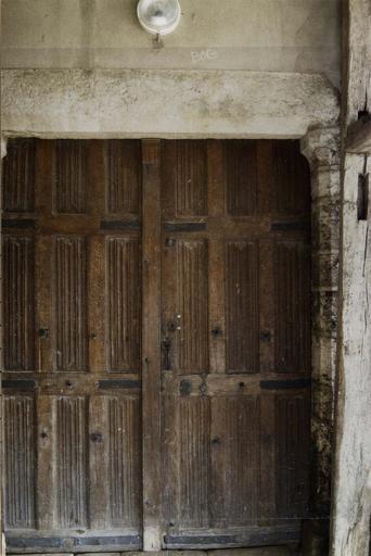 vantaux d'une porte d'église, bois sculpté décoré de plis serviette, cloutage et ferronnerie d'origine, début 16e siècle, vue du revers