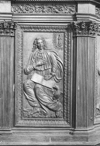 Chaire à prêcher, bois sculpté 18e siècle, détail d'un panneau sculpté avec la figure de l'évangéliste Jean