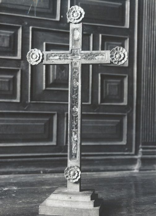 Croix-reliquaire avec effigie de la Vierge