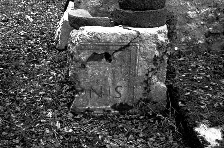 Extérieur : plaque faisant saillie portant inscriptions (Vestige Romain)