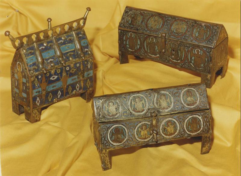 Trois châsses : châsse de Soulomes classée le 5-12-1908, petite châsse en longueur de Lunegarde classée le 8-10-1894, châsse de Lavergne au premier plan