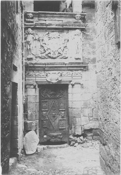 Porte et encadrement déposés à l'office du tourisme (anciennement musée lapidaire) de l'hôtel de la Monnaie