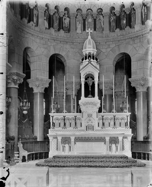 Vue intérieure, grand autel