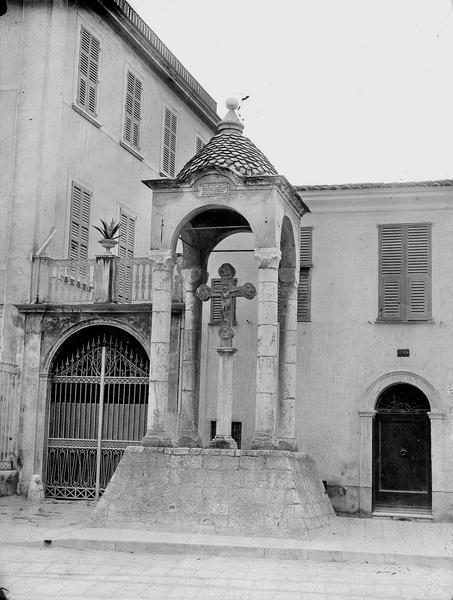 Croix, en marbre