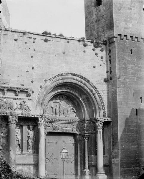 Eglise, façade ouest, portail latéral sud