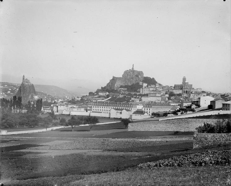 Vue d'ensemble dont le rocher Corneille, la cathédrale Notre-Dame et l'église Saint-Michel à Aiguilhe