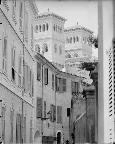 Rue, tours de la cathédrale à l'arrière-plan